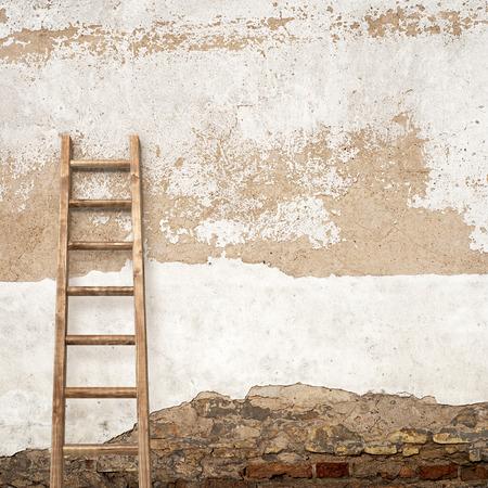 backstairs: pareti in stucco alterato con scaletta sfondo in legno Archivio Fotografico
