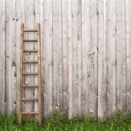 grijze plank muur met houten ladder achtergrond Stockfoto