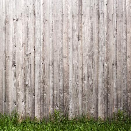 madera rustica: pared gris tabl�n de madera y fondo de la hierba