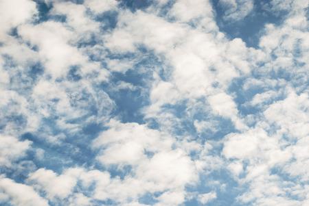 blauer himmel mit wolken: Blauer Himmel, Wolken und Sonne hellen Hintergrund