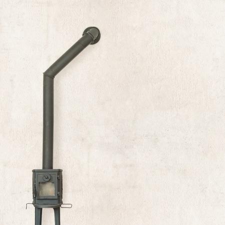 poele bois: r�tro po�le � bois � proximit� du fond de mur fissur� Banque d'images