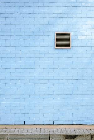 Grille de ventilation sur le mur bleu brique, carrelage, �ruptions solaires