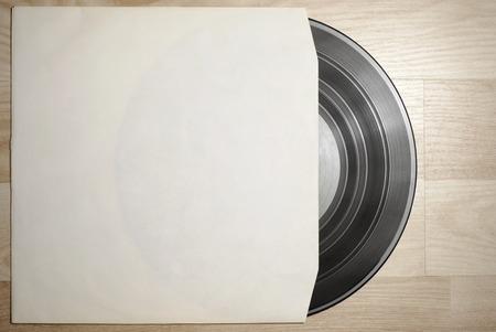 Vinyl-LP mit Deckel auf Holztisch Hintergrund Standard-Bild - 44179727