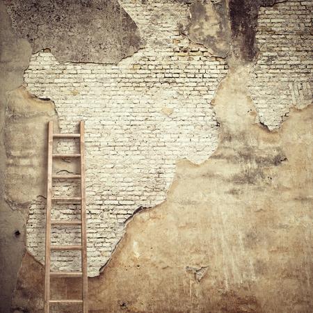 ladrillo: pared de estuco resistido con fondo de madera escalera