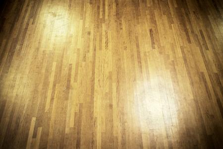 taniec: ciemny drewniany parkiet z światła punktowe