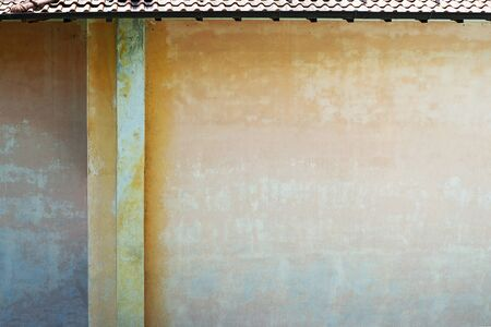 Grunge color painted wall of old house. Standard-Bild