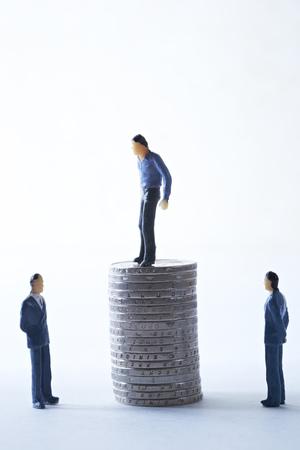 Miniature men with Euro coins Stock Photo - 74491504