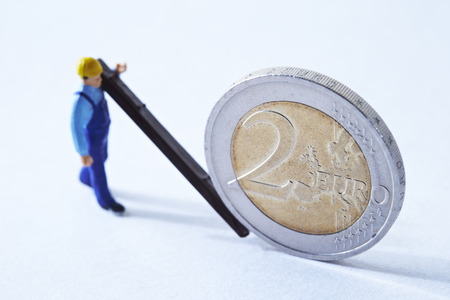 Miniature man with Euro coin Stock Photo - 74491520