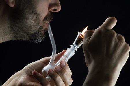 marihuana: pipa de cristal hermoso con la marihuana en el fondo blanco, con la m�s ligera, con un hombre que fuma