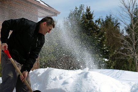 Niet altijd backbreaking werk, shovelling kan leuk zijn als je in de geest ervan. Graven uit een ander record sneeuwval in Midden-Ontario Stockfoto