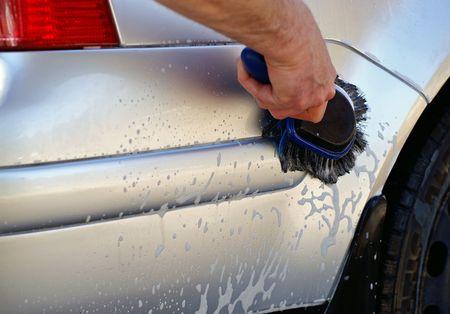道路の旅の後、車の洗浄