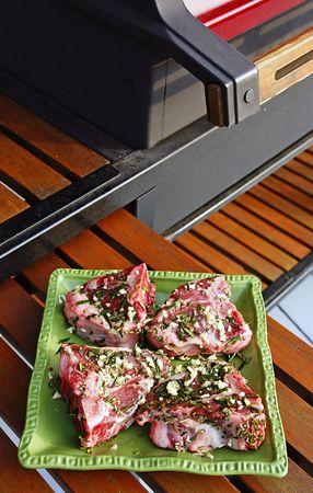 Chuletas de cordero de Nueva Zelanda con guarnición de romero y ajo listo para la parrilla. Foto de archivo - 3147129