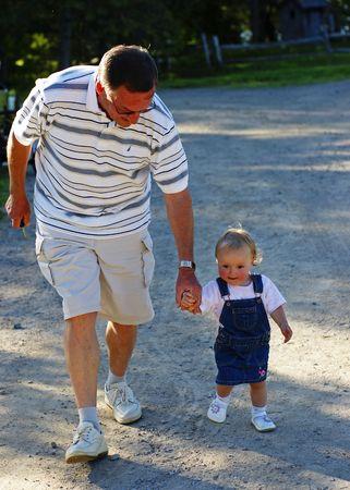 祖父は国の車線ダウン彼の孫娘をガイドします。