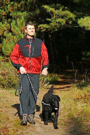 Am frühen Morgen Übung mit dem Hund im Park Standard-Bild - 3756431