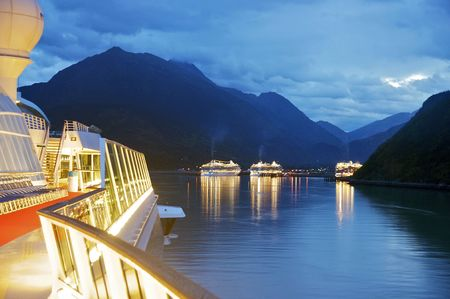 Cruise Ship approaching Skagway, Alaska 版權商用圖片 - 5729659