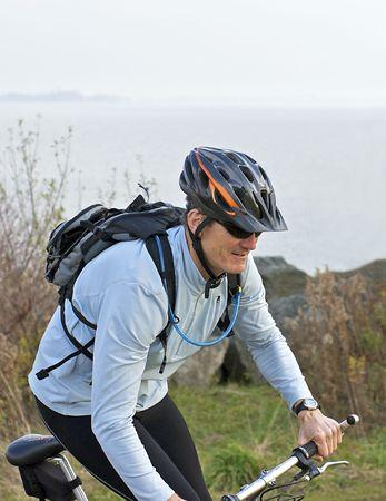 Homme sur un vélo de montagne Banque d'images