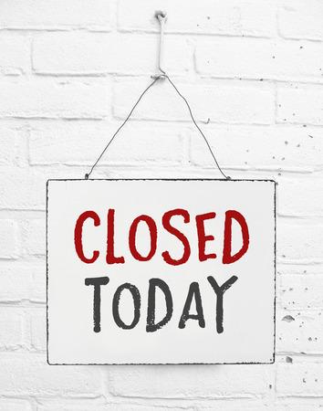 Panneau de texte fermé aujourd'hui bannière non ouverte signe pour magasin