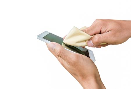 손을 흰색 배경에 터치 스크린 휴대 전화를 청소