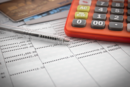 calculadora: lápiz, calculadora, tarjeta de crédito en la libreta de ahorros. atención selectiva.