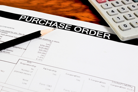 orden de compra: formulario de orden de compra en mesa de madera Foto de archivo