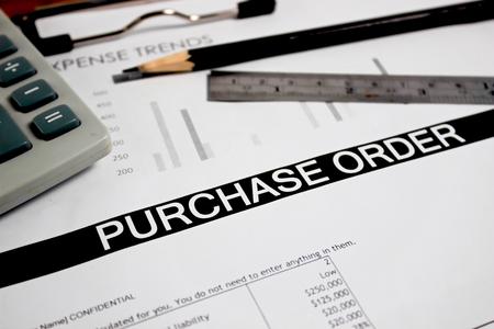 orden de compra: Cierre de hoja de pedido con el l�piz y regla en el enfoque selectivo mesa de madera Foto de archivo