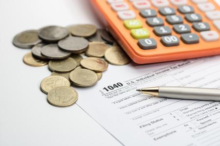 미국 세금 양식 펜 및 동전 선택적 포커스  세제 개념