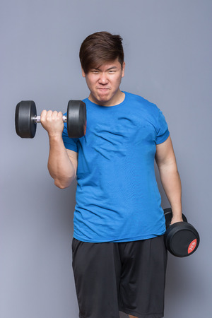 Fat Man lifting dumbbells. 版權商用圖片 - 83289476