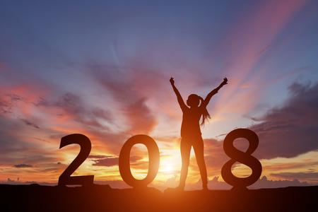 夕日を背景に新しいカロチノイド 2018 概念と幸せな女性のシルエット。 写真素材