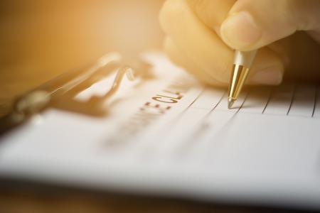 Ręka z długopisem na formularzu zgłoszeniowym do zgłoszenia roszczenia o ubezpieczenie zdrowotne Zdjęcie Seryjne