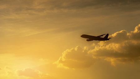 The silhouette of the passenger plane at sunset 版權商用圖片
