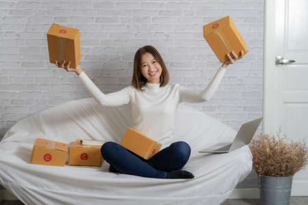 Beautiful Asian girl shop online are prepare for customer service with a smile. 免版税图像
