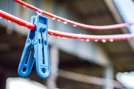 Blauwe kleren pin op rode hanger