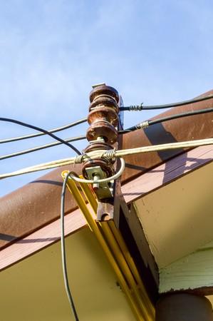 지붕에 전기 케이블
