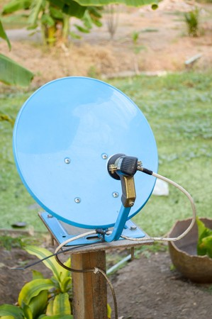 antena parabolica: antena parab�lica azul en el pa�s de Tailandia