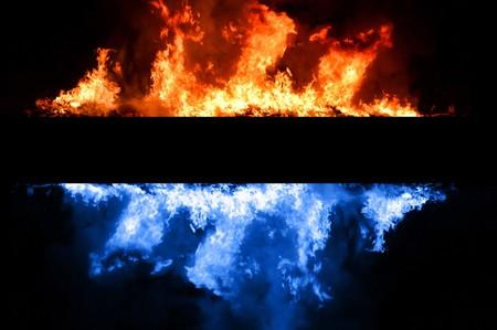 resplandor: Fuego azul y rojo sobre fondo negro