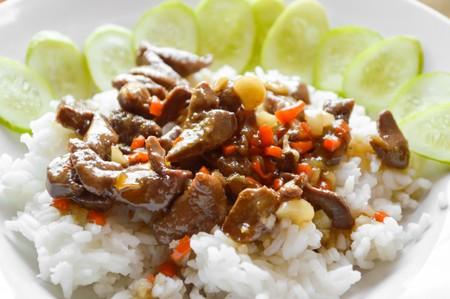 higado de pollo: hígado de pollo picante frito en arroz caliente Tailandia comida sana