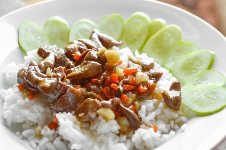 higado de pollo: picy chicken liver fried on hot rice  Thailand healthy food Foto de archivo