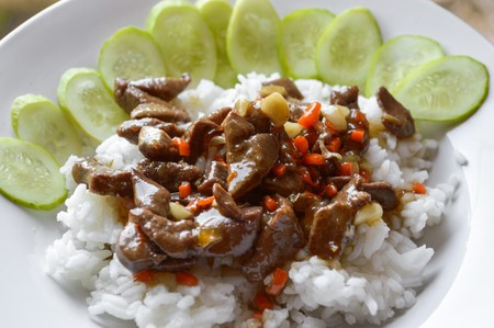 higado de pollo: spicy chicken liver fried on hot rice Thailand healthy food Foto de archivo
