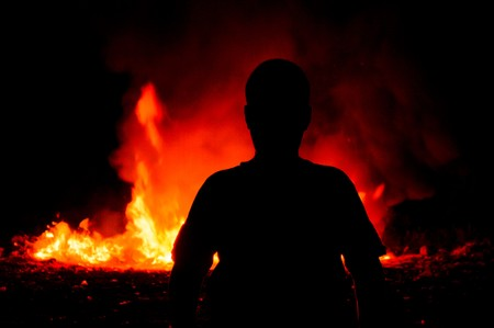 resplandor: Delante de la sombra muchacho del fuego