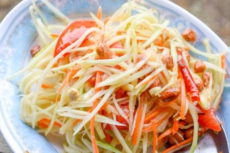ensalada tomate: Spicy Papaya Salad Thailand healthy food Foto de archivo