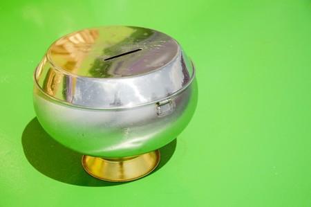 limosna: limosnas rueda en el piso verde