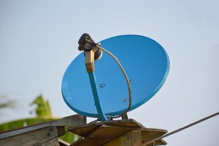 antena parabolica: plato azul por satélite