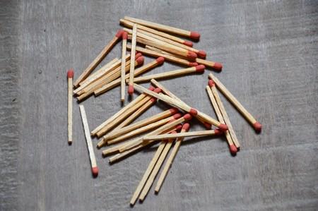 matches: f�sforos de madera en suelo de madera