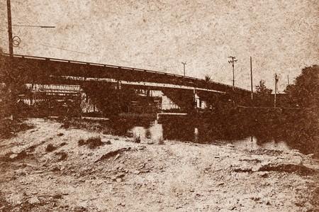 silhouet brug over grunge bruine achtergrond Stockfoto