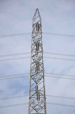 torres de alta tension: Cerca de un torres de alta tensión