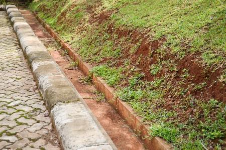 Pequeño drenaje en el jardín de la naturaleza Foto de archivo - 82327046