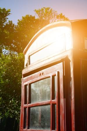 cabina telefonica: classic red telephone box in nature garden