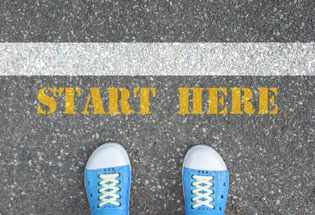 ここに白線と黄色の後ろに立ってブルース靴開始記号 写真素材