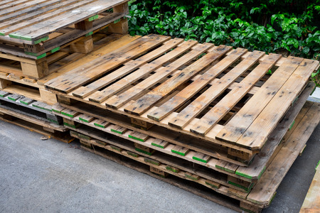 old used pallets stacking together in factory Archivio Fotografico