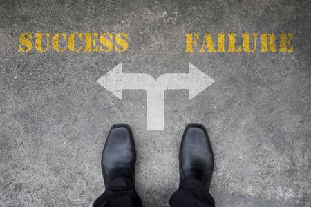Zwarte schoenen heeft een beslissing te maken op het kruispunt - succes of falen
